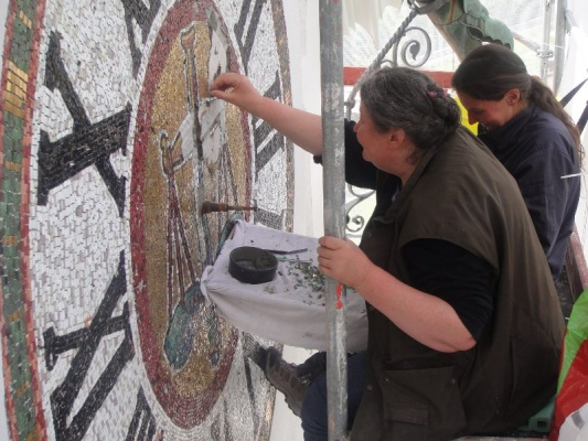 Storch Mosaik und Mosaik Spechte bei der Arbeit